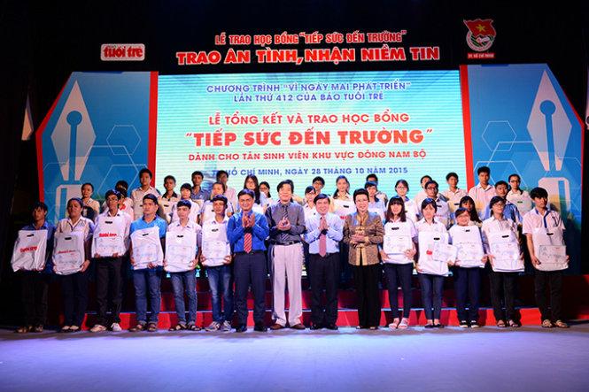 Các tân sinh viên khó khăn nhận học bổng Tiếp sức đến trường của báo Tuổi Trẻ tại TP.HCM
