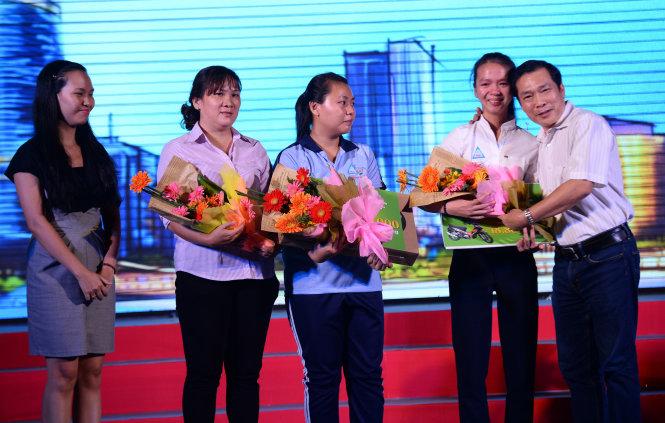 Các em Đào Châu Hương và Phạm Đặc Kim Ánh nhận những xuất học bổng đặc biệt là bộ máy tính, chiếc xe máy của nhãn hàng Otiv - Công ty Cổ Phần Dược Phẩm ECO trao tặng