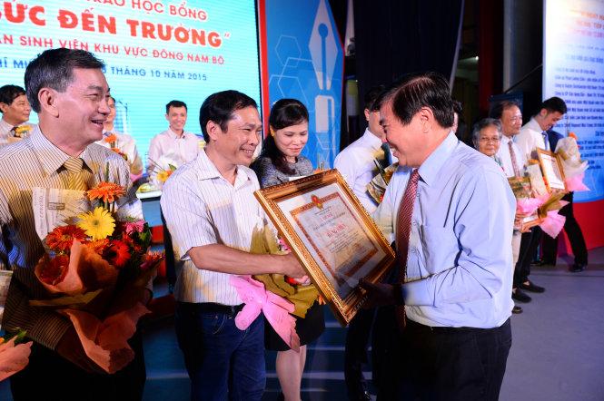 Phó bí thư Thành uỷ TP.HCM Nguyễn Thành Phong trao bằng khen của TP.HCM cho các nhà tài trợ học bổng Tiếp sức đến trường