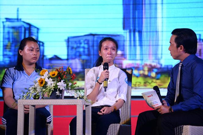 Em Đào Châu Hương ở Thuận An, Bình Dương, chia sẻ về câu chuyện vượt khó của mình trong lễ trao học bổng