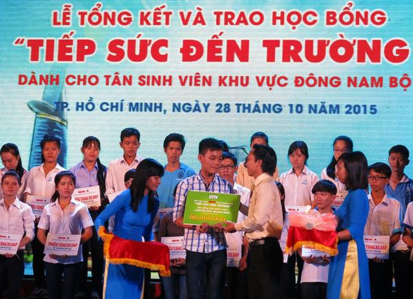Em Nguyễn Đức Quang Nhật ở Gio Linh, Quảng Trị sinh viên ĐH Y Dược Huế nhận học bổng suốt bốn năm học của nhãn hàng Otiv - Công ty Cổ Phần Dược Phẩm ECO trao tặng (trị giá 60 triệu đồng)