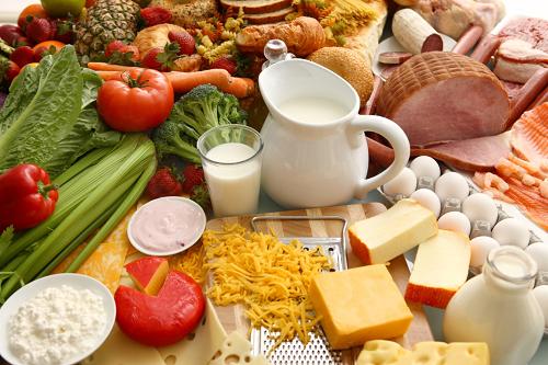 Chế độ ăn cân bằng giữa 4 nhóm chất (tinh bột, chất đạm, chất béo và vitamin, khoáng chất) giúp bạn duy trì cơ thể khỏe mạnh
