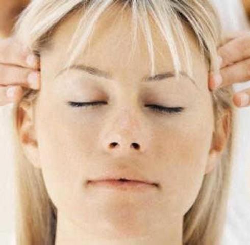 Lưu ý khi áp dụng biện pháp xoa bóp, bấm huyệt trong điều trị đau đầu