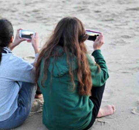 Phụ nữ cô đơn dễ nghiện smartphone gấp 2 lần nam giới