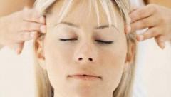 Lưu ý khi áp dụng biện pháp xoa bóp, bấm huyệt trong cải thiện đau đầu